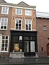 foto van Huis met geelgepleisterde lijstgevel en schilddak