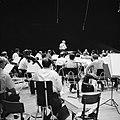 Repetitie van een orkest, vermoedelijk het Israël Philharmonic Orchestra in het , Bestanddeelnr 255-1738.jpg