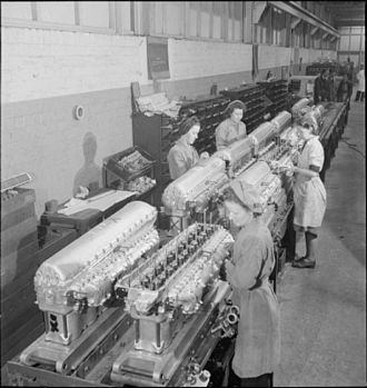 Rolls-Royce Merlin - Workers assembling cylinder heads on the Hillington Merlin production line in 1942