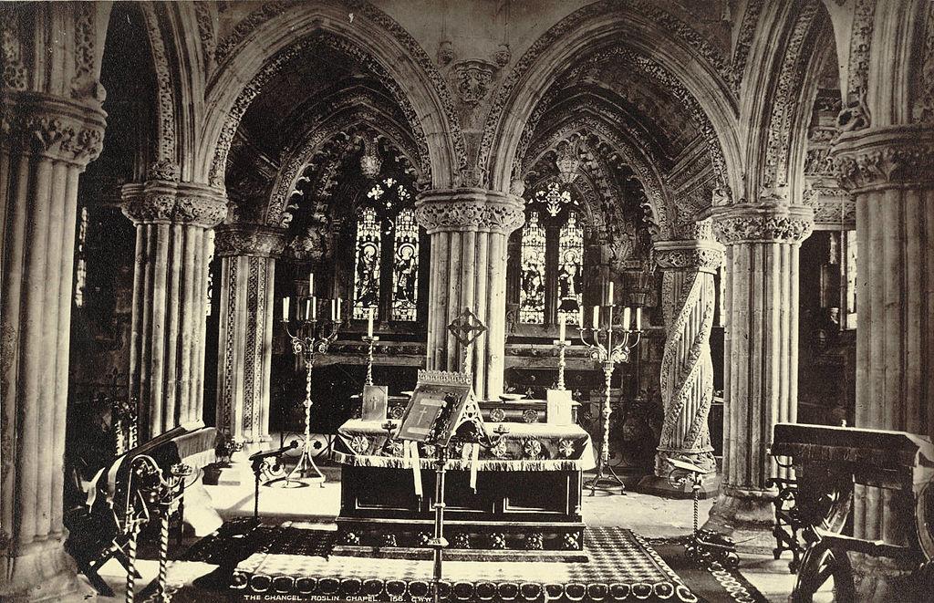 Autel de la chapelle Rosslyn près d'Edimbourg en Ecosse. Image de la Cornell University Library.