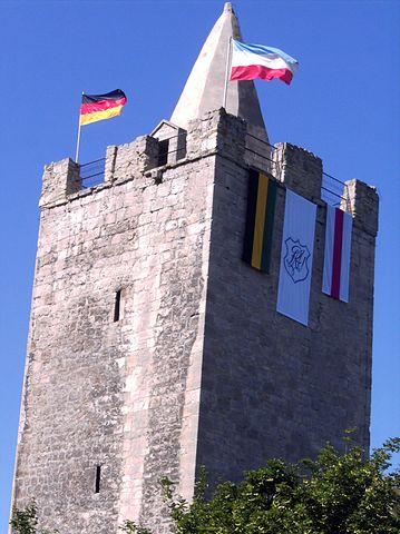 """Bild """"https://upload.wikimedia.org/wikipedia/commons/thumb/8/85/Rudelsburg_Turm_mit_Flaggen.jpg/359px-Rudelsburg_Turm_mit_Flaggen.jpg"""""""