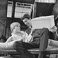 Rudi Carrell TV-show, Rudi en Jenny Arean met kijkdoos, Bestanddeelnr 919-0484.jpg