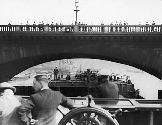 Flatiron (ship) - Wandsworth and District Gas Company's SS Ewell in 1926 approaching London Bridge with her mast, funnel and wheelhouse folded down