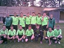 Photo d'un équipe de jeunes de football en tenue vert pomme.