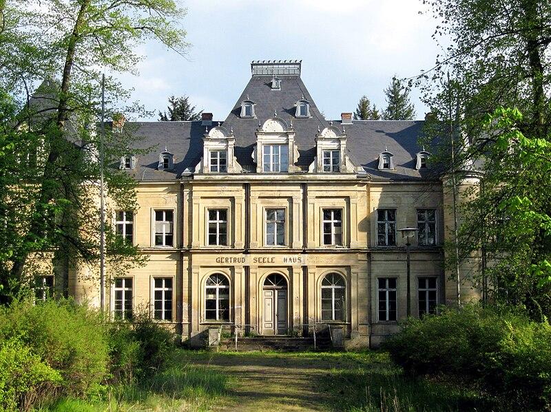 Schlosshauptgebäude mit der Aufschrift Gertrud-Seele-Haus, vor der Sanierung, Jahr 2008, Nordwestseite