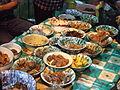 """Sega Jamblang (""""Nasi Jamblang""""), hidangan-hidangan untuk menemani nasi yang disajikan di daun jati"""