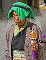 Shigatse-Tashilhunpo-32-Frau mit Gebetsmuehle-2014-gje.jpg