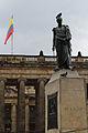 Simón Bolívar junto a la bandera de Colombia.JPG