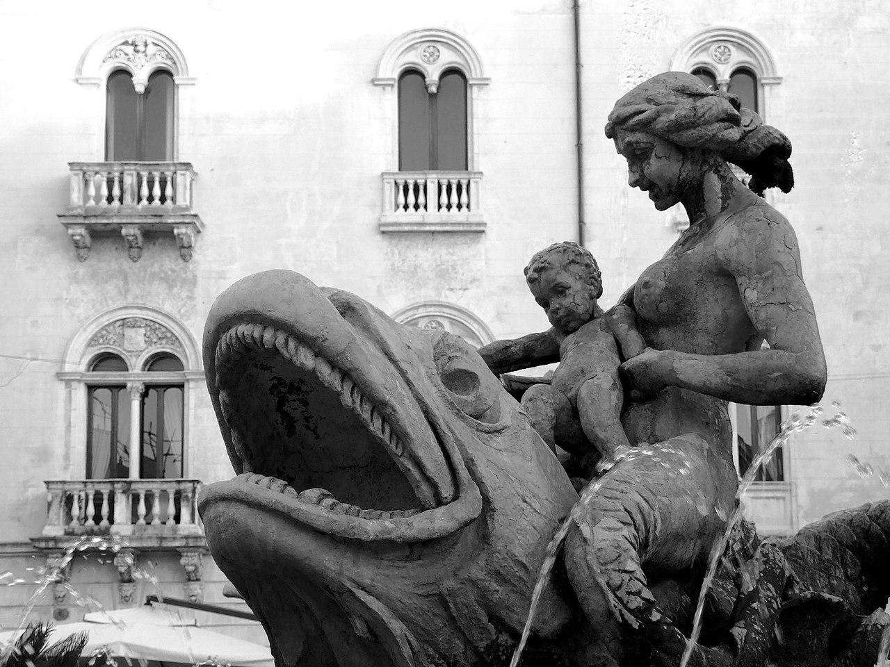 Dettaglio della fontana di Diana a Ortigia
