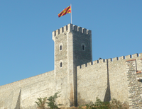 Skopje Fortress, tower with Macedonian flag2.png