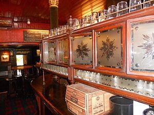 Snob screen - A row of snob screens, at The Lamb, in Bloomsbury