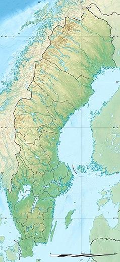 """Mapa konturowa Szwecji, po lewej znajduje się owalna plamka nieco zaostrzona i wystająca na lewo w swoim dolnym rogu z opisem """"Storsjön"""""""