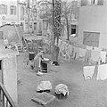 Tel Aviv Erven tussen woningen met een Jeminitische vrouw aan de was en wasgoed, Bestanddeelnr 255-1301.jpg