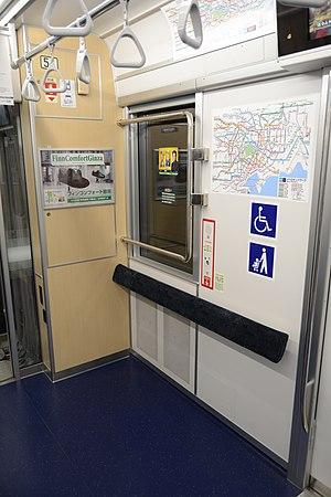 Tokyo Metro 13000 series - Image: Tokyo metro 13000 series interior free space