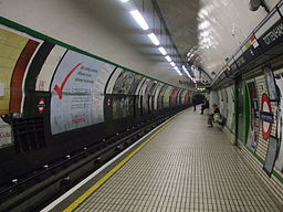 Tottenham Court Road stn northbound Northern look north