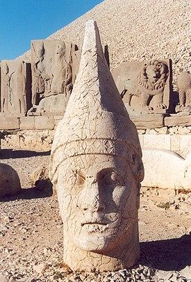 地面に立つ神像の頭部