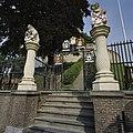 Twee getorste zuilen met de wapens van Leiden en Rijnland met daarachter een 18de eeuws ijzeren toegangshek - Leiden - 20362491 - RCE.jpg