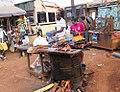 Un rôtisseur à l'oeuvre au Cameroun.jpg