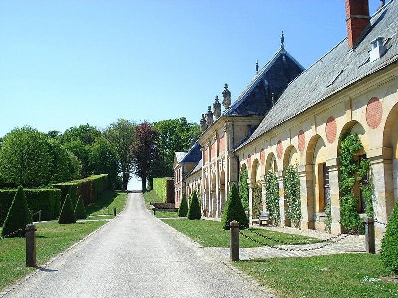 http://upload.wikimedia.org/wikipedia/commons/thumb/8/85/Vaux-le-Vicomte_20.jpg/800px-Vaux-le-Vicomte_20.jpg
