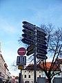 Velké náměstí, rozcestník u Karlovy ulice.jpg