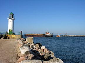 Ventspilis. Isplaukia krovininis laivas, 2006-09-22.jpg