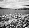 Vergaderzaal van de Verenigde Naties met achterin de hoofdtafel en vooraan de pu, Bestanddeelnr 191-0754.jpg