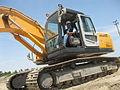 Walter Ibañez manejando una Excavadora.jpg