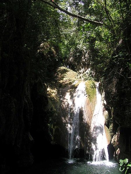 File:Wasserfall bei Trinidad, Kuba.jpg