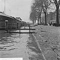 Wateroverlast te Rotterdam binnenschip aangemeerd aan een kade waarbij het wate, Bestanddeelnr 918-5339.jpg