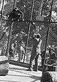 Willem van de Poll in de dierentuin van Vincennes met een aap in een apenverblij, Bestanddeelnr 252-1370.jpg