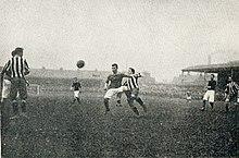 Il Woolwich Arsenal (maglia scura) nella semifinale della FA Cup 1905-1906 contro il Newcastle United al Victoria Ground di Stoke-on-Trent.