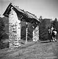"""""""Samc"""" (enojni kozolec) - razpadajoč. Med dvema stebroma je """"cviblovsnca"""" pod Vrhkrižem 1954.jpg"""