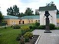 Перед Путевым дворцом. Флигель, часовня, памятник Татищеву.jpg
