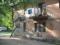 Стена дома подпирается бревном - panoramio.jpg