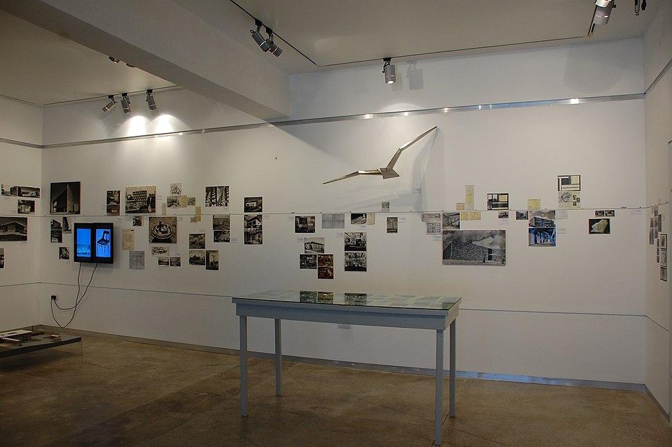 מראה בתערוכה ׳קו תוי׳ על עבודתו של האדריכל והמבקר אבא אלחנני, הגלריה של עמותת האדריכלים, ספטמבר 2009