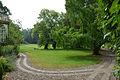 006a03b Pressekonferenz WasserKunst Zwischen Deich und Teich, vom Parkeingang vom Edelhof Ricklingen aus ist hinter dem linken Baum vor der Senke die Installation DURST des Künstlers Tom Otto erahnbar.jpg