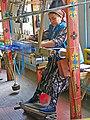 025 Fàbrica de seda Yodgorlik, Imom Zahiriddin Ko'chasi 138 (Marguilan), teixint al teler.jpg