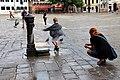 0 Venise, jeux avec les pigeons de la fontaine du Campo San Paulo (1).JPG