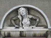 1100 Laxenburger Straße 203-217 Stg. 17 - Natursteinrelief Fensterguckerin von Josef Bock IMG 7452.jpg
