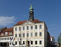 120318 Radeberg Rathaus mit Postmeilensaeule.jpg