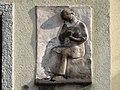 1210 Jedleseerstraße 79-95 Stg. 23 - Relief-Hauszeichen Näherin von Annelie Minkus 1955 IMG 0619.jpg
