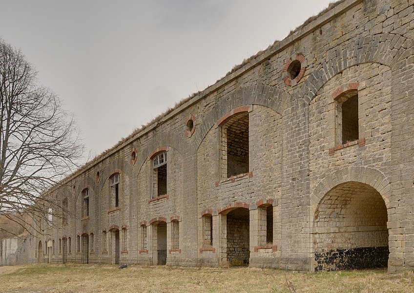 This file was uploaded  with Commonist.         This photograph was taken with a Nikon D300.    Fort du Lomont : façade du casernement de la batterie Nord (HDR).