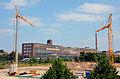 2013 Neubau Feuer- und Rettungswache Weidendamm in der Nordstadt von Hannover, Blick zwischen Kränen zur Kopernikusstraße mit der Continental AG und einer Erixx-Bahn auf den Bahngleisen.jpg