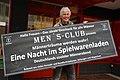 2014-040-13 Spielwarenkaufmann Heinz Lehmann von idee + spiel Hannover beim Umzug von der Grupenstraße zur Calenberger Esplanade mit der Tafel zum Men's Club.jpg
