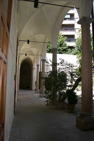 File:4053 - Milano - Antiquarium - Chiostrino all'ingresso - Foto Giovanni Dall'Orto - 14-July-2007.jpg