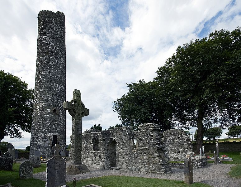 File: Een hoge kruis en ronde toren op Monasterboice, Ireland.jpg