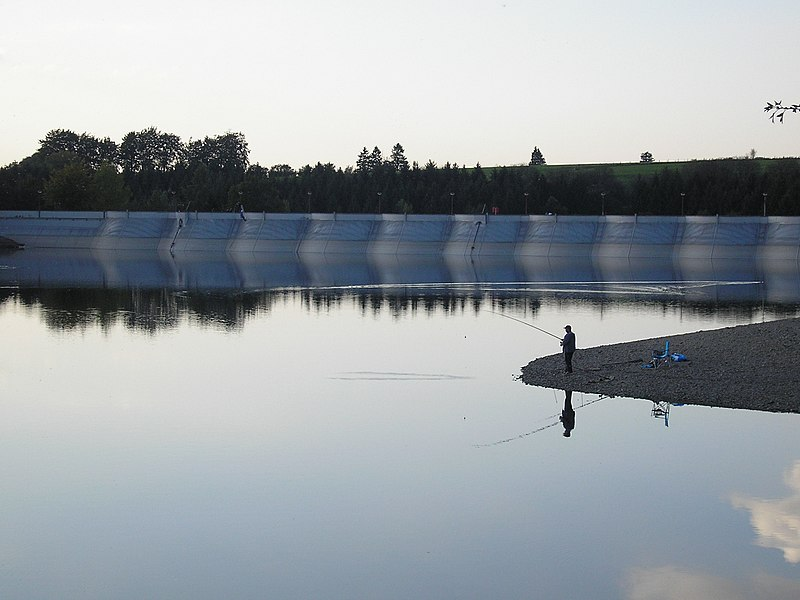 Abend am Bütgenbacher See, Ost-Belgien, Blick auf die Staumauer