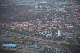 Rambergbyen i øvre del af fotoet til venstre for Lundbyleden, fra helikopter i oktober 2013.