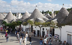 upload.wikimedia.org/wikipedia/commons/thumb/8/86/Alberobello_BW_2016-10-16_13-10-43.jpg/300px-Alberobello_BW_2016-10-16_13-10-43.jpg