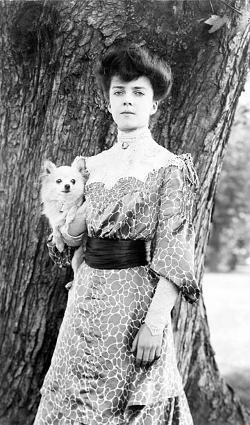 Alice Roosevelt with her dog, Leo, a long-haired Chihuahua. She was also given a Pekingese named Manchu, by the Chinese Empress Dowager Cixi in 1905 AliceRooseveltwPekingeseDog1902.jpg